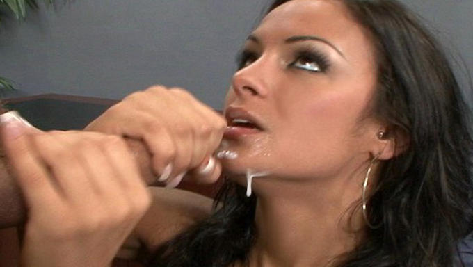 seks-stoya-u-steni